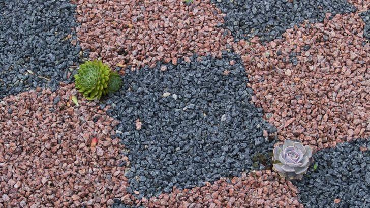 Trädgårdsstilleben i form av grusrutor.