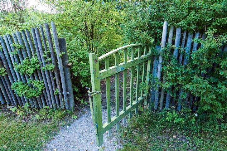 En grind förgyller ingången till trädgården och skapar förväntan, ett av de enklaste sätten att få en intetsägande trädgårdsentré mer spännande. En halvöppen grind och en stig som leder in i ett delvis dolt trädgårdsrum får det att kittla i magen på oss trädgårdsnyfikna människor. Får man inte lust så säg att kliva in och se vad som döljer sig innanför den här grinden i Träslottets trädgård i Arbrå, Hälsingland?