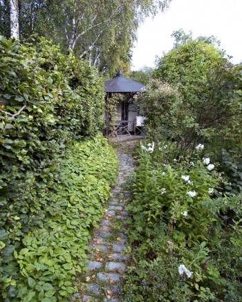 Siktlinje mellan ingången till trädgården och uteplatsen.