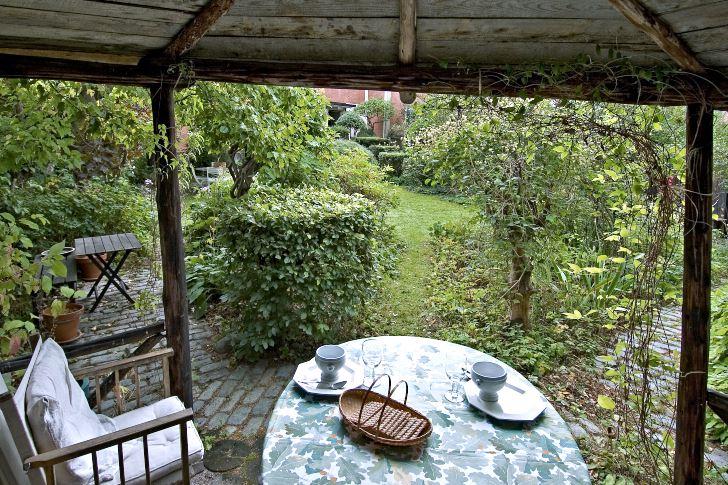 Från uteplatsen i hörnet har man fri sikt längs diagonalen i Walter Bauers radhusträdgård.