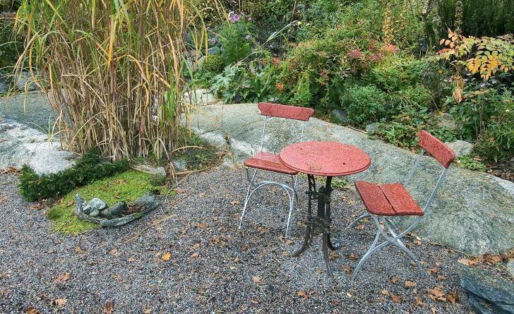Den lilla cafégruppen i gruset invid berghällen hemma hos makarna Wåhlin i Skokloster, känns inbjudande även när hösten börjat färga trädgårdens blad och regnmolnen hänger tunga. Här avnjuts kaffet omgiven av naturens vackra former och ytor. Smala grässtrån mot stickiga barr och skrovligt, räfflat berg mot finkornigt grus är kompositioner uppfattas när man sitter helt nära och ger sig tid att se.
