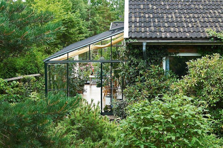 Familjen Walderös uterum är byggt mot husets östra gavel och omgivet av lummiga växter, vilket får det att både ansluta väl mot huset och på ett mycket effektivt sätt smälta in i trädgården.