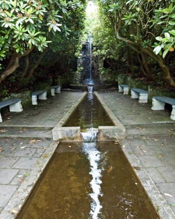 En effektiv användning av falskt perspektiv skapade Rudolf Abelin i vattenträdgården på Norrvikens trädgårdar. Avsmalningen in mot vattenfallet är kraftig, men svårupptäckt.