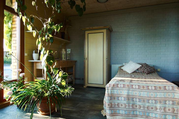 En plats för en kort siesta hör hemma i ett uterum. I en vrå bakom en bit kvarvarande tegelvägg har Anna-Lisa och Thomas placerat en riktig säng. Där kan man sussa ostört med den svaga doften av grönska och varm jord i näsborrarna.