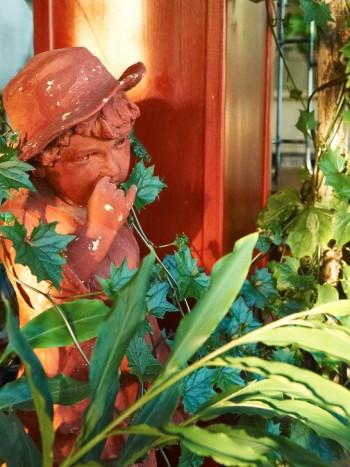 """Till pojken som petar näsan hör en anekdot. Under 1800-talet var Thomas morfars far ute och vandrade i Stockholm tillsammans med en konstnär. De passerade en grabb som stod och petade sig i näsan när Thomas anförvant lär ha sagt: """"Vilken bild, det där skulle man göra en staty av"""". Så blev det och den finns kvar i familjens ägo."""