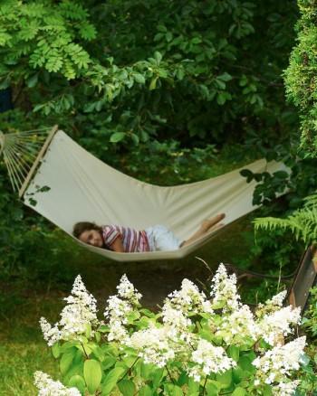 En hängmatta är närmast ett obligatorium för sommarbostäder, i alla fall om man har träd att hänga upp den i. Har du barn räkna med att den oftast är upptagen.