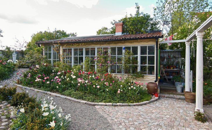 På våren sprudlar det av tulpaner i olika nyanser av vitt, rött, rosa och lila framför orangeriet i norr. Trots mångfalden i färg och form är rabatten sammanhållen och vacker. Det är få förunnat att kunna skapa en så harmonisk oordning.