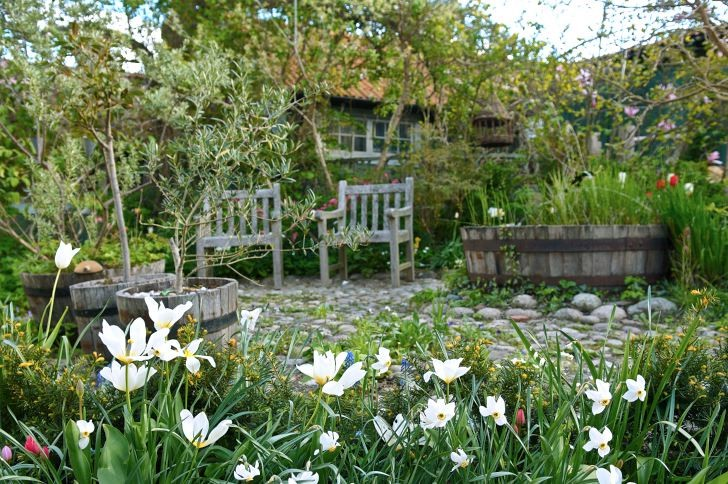 Där kullerstensgården nu ligger fanns det en gång i tiden gräsmatta. Vackra rundade stenar har Gunilla alltid gillat och de är oömma att gå på.