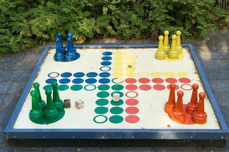 Ett fia- eller schackspel i stor storlek uppskattas av både stora och små och blir dessutom ett fint blickfång i trädgården. Träslottet i Arbrå i Hälsingland.