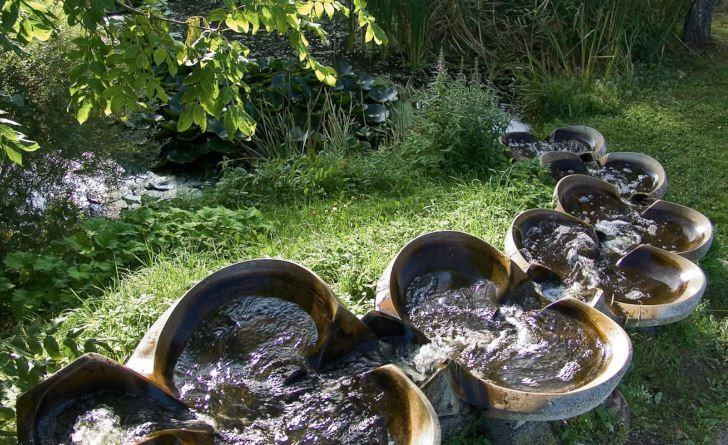 Utformningen av skålarna i den här vattentrappan, som finns i Rudolf Steinerseminariets trädgårdspark i Järna, leder till att vattnet rör sig rytmiskt fram och tillbaka i en åtta-liknande form i varje skål innan det rinner vidare nedför trappan.