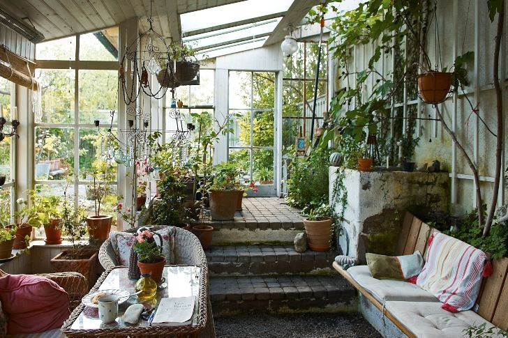 Är det inte såhär mysigt som man vill ha i ett uterum? Trots skyddet mot regn och kyla är man innesluten av växter både utifrån och inne. Rummet kan användas för att prata, läsa eller ta en kopp kaffe. Fast kanske man ändå skulle ta sig en kort tupplur?