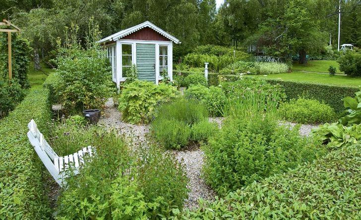 Kryddträdgården på Drömmens är omgiven av välklippta ligusterhäckar. I små kvarter med grusgångar mellan växer en mängd kryddväxter som fyller luften med väldoft. Här är det ljuvligt att slå sig ner på den vita trästolen och njuta av lavendel, citronmellis, mynta, åbrodd och alla de andra växternas förföriska dofter.