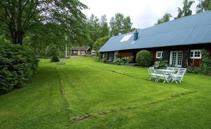 För de äldre barnen, under hundra år gamla finns, på Drömmens trädgård, gräsmattan med badmintonplanen markerad med en lätt förhöjning i gräset.