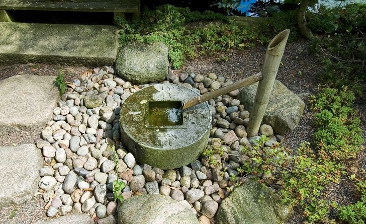 Vatten porlar sakta ur ett bamburör på Skovtroldens planteskole