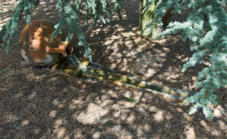 På Skovtroldens  planteskole porlar vattnet friskt ur en terrakottafärgad liggande urna