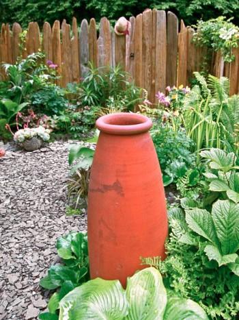 Kraftiga blad och stora terrakottakrukor hör ihop.