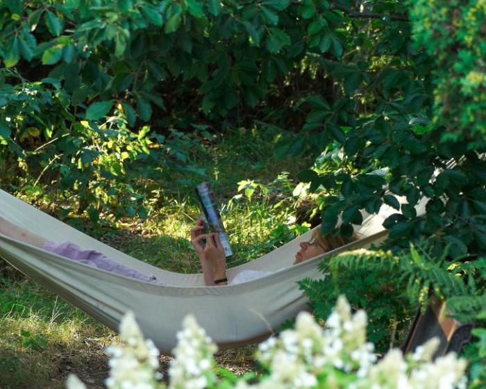 Det finns annat att göra i en trädgård än att arbeta och arbeta.