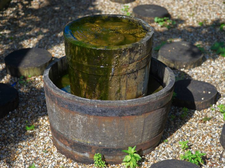 Vattenarrangemang: en trätunna i en annan trätunna.