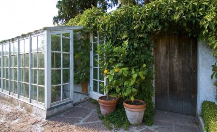 Muren i Lilla Toscanas växthus jämnar ut värmen mellan dag och natt. Klappstolarna längs väggen kan fällas ut för härliga fikastunder när andan faller på.
