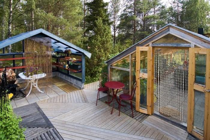 Under vårvintern används det plattlagda växthuset hos Cathrine Öhlund i Rosvik i Norrbotten för att dra upp plantor inför sommaren. När det börjar bli dags för utplantering avhärdas de i den öppna intilliggande byggnaden.