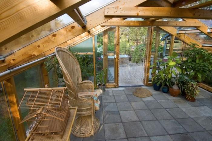 Under resten av året används Cathrine Öhlund växthus som ett charmigt uterum och skydd för känsliga växter långt in på hösten. Den vackra läggningen av trädäcket och café-möblerna förstärker den trevliga atmosfären.