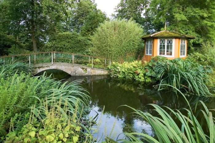 I Kivik på Österlen, zon 1, ligger Ulriksdal, en engelskt inspirerad parkliknande trädgård. På en liten ö i dammen ligger lusthuset. Man når dit över en asieninspirerad bro, förbi en rejäl dunge av bergbambu, Fargesia murieliae.