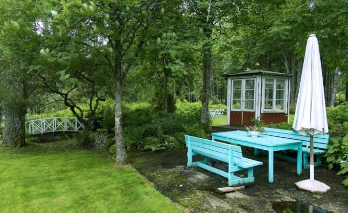 En välvd bro och ett sexkantigt lusthus på traditionellt manér skapar en rofylld klassisk atmosfär i två olika trädgårdar. På småländska Drömmens, som ligger i zon 4, står lusthuset alldeles i närheten av en japanskinspirerad del av trädgården. Strax intill ligger en uteplats. På Drömmens ligger uteplatserna tätt, nästa uteplats skymtar till vänster om lusthuset.