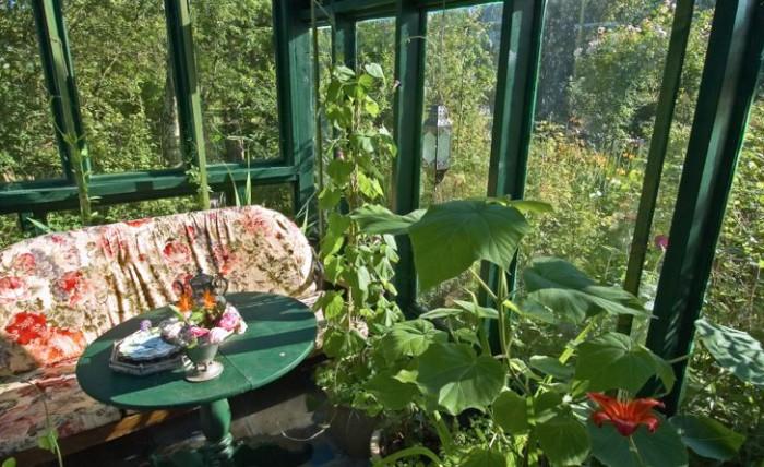 Insidan på ett kombinerat växthus och lusthus hemma hos konstnären Maria Björklund på Österlen byggd av hennes make som en födelsedagspresent.