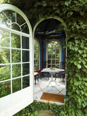 I Sven-Ingvar Anderssons välkända lusthus i södra Sandby utanför Lund sitter man under den vackra och originella kronan där man kan tända levande ljus på kvällarna. Med stora bågformade fönster, behagfull färgsättning och eleganta möbler är det ett underbart ställe att avnjuta eftermiddagste på.
