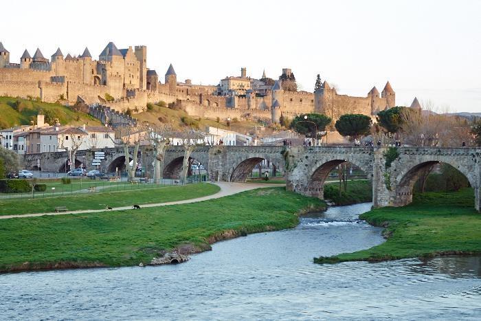 Carcassonne, med floden Aude och bron Pont Vieux.