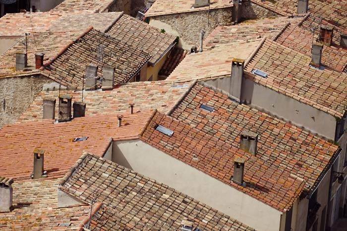 Vy över taken nedanför borgen Carcassonne.