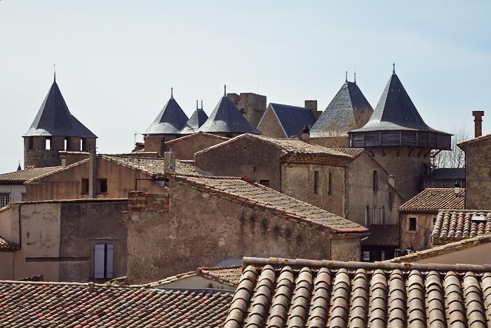 Tinnar, torn och tegeltak inifrån borgen Carcassonne