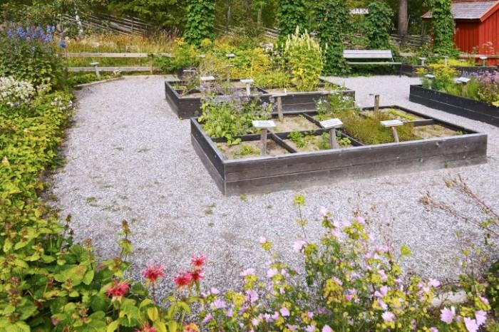 Granne med grönsaksodlingen på Norra Berget ligger kryddgården. En utmärkt plats för en stunds vila och kontemplation i skogskanten.