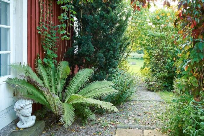 Blickfång längs den långa raka trädgårdsgången utmed husets långsida.