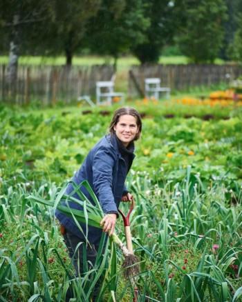 Det är köksträdgården som Frida Mörnerud brinner allra mest för. Humöret är det inget fel på, inte ens när regnet häller ned. Såna purjolökar odlar man inte utan stor kunskap.