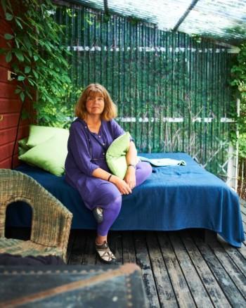 På ostsidans altan vid huset står tomtens viktigaste möbel, utesängen. När det är hett tar Titte siesta där, och där har hon sovit många nätter.