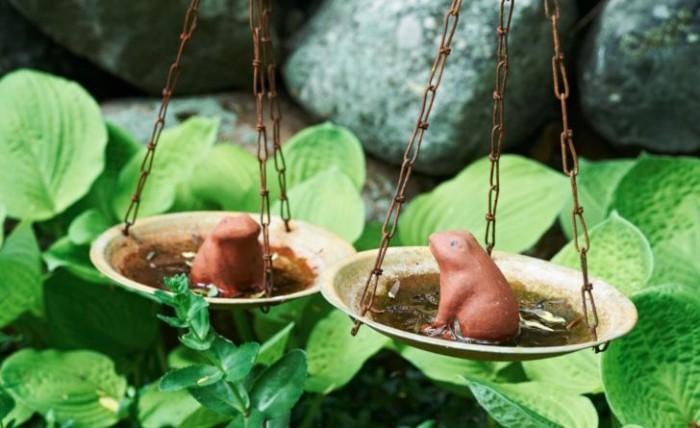 Inte långt ifrån dammen i dungen de kallar Den jordiska fridens plats tävlar grodorna om vem som väger mest. Titte fick dem i present, balansvågen kommer från Indien.