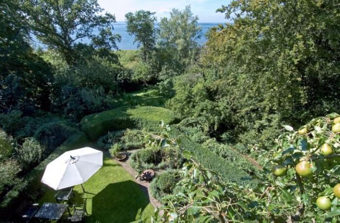 Uppe ifrån sitt arbetsrum har Per Friberg en exceptionellt vacker utsikt ut över rosengården och havet med Öresundsbron långt borta i fjärran. Den här delen av trädgården är byggd efter en idéträdgård som Per ursprungligen gjorde för en utställning i Tyskland.