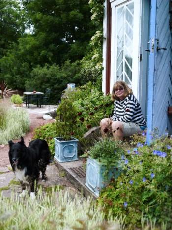 Mycket arbete blir det för Titte men också vila och kontemplation på farstubron. Hunden heter Coffee, kaffe på engelska, och är en blandras född i Göteborg.