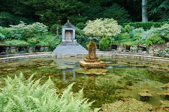 Här börjar Sezincotes vattensystem med den stora dammen invid ett tempel för den hinduiska solguden Surya, livskraftens symbol