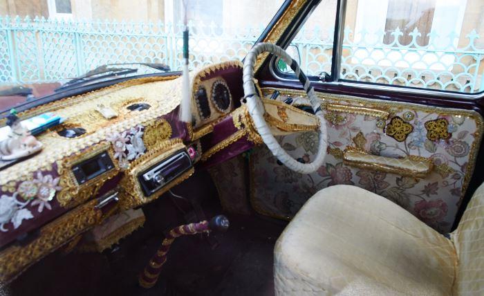 Interiören av den klassiska indiska bil, med Morris Oxford som förlaga, som brukar stå utanför huvudbyggnaden och användas vid bröllop.