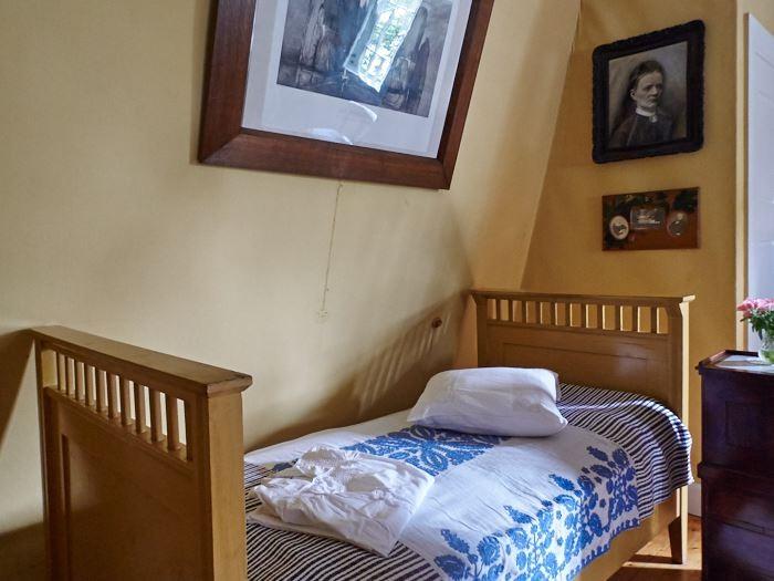 Ovanför Ellen Keys säng hängde porträtt av hennes föräldrar. Den varmgula färgen är medvetet vald för att ge värme.