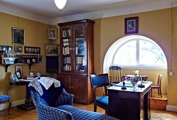 Rena komplementfärger och enfärgade väggar gillades av Ellen Key, här en djup blå nyans i kombination med varmt gult.