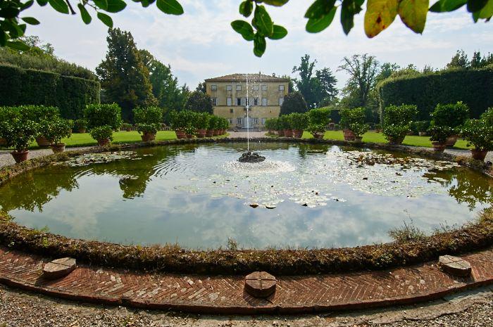 Fontän med naturligt vattentryck i italienska trädgården på Villa Grabau.