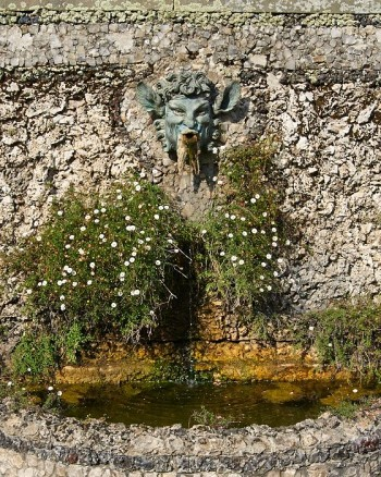Satyr i brons som fontän av Pietro Tacca (1577-1640). Italienska trädgården Villa grabau, Toscana.