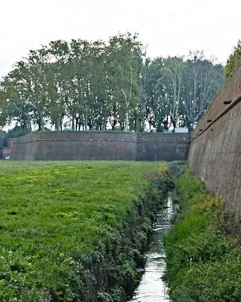Stadsmuren runt Lucca, Toscana, från utsidan.