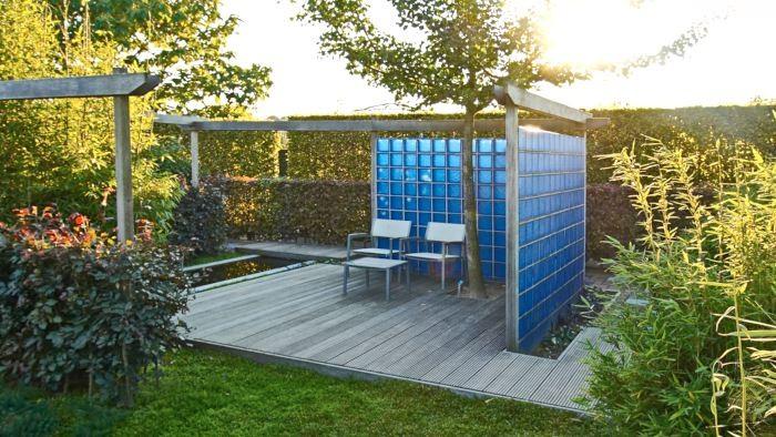 Med ett plank får man snabbt upp insynskydd samtidigt som man ger trädgården en starkare tredimensionell form. Om planket som här i Appelterns trädgårdar i Holland är utformat i glasbetong ger det trädgården en modern prägel. Konstruktioner i stål eller träplank med modern formgivning kan ge ett liknande sparsmakat elegant intryck.