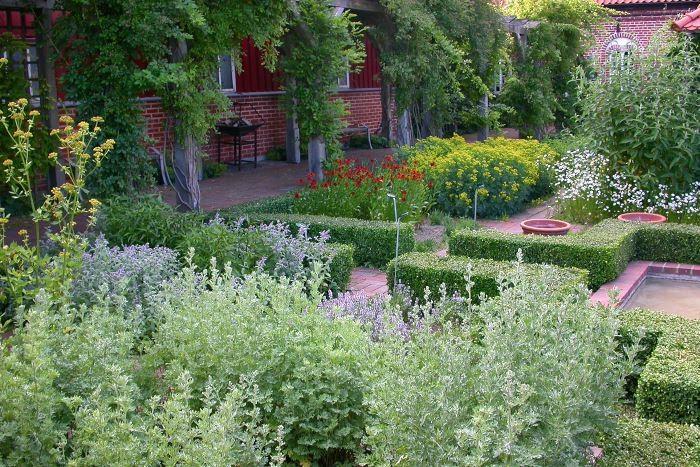 Ljuvligt kryddiga dofter i Ängavallens muromgärdade örtagård