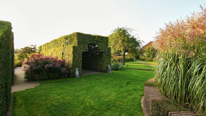 Arkitektoniska trädgårdselememt hemma hos Piet och Anja Oudolf i Hummelo.