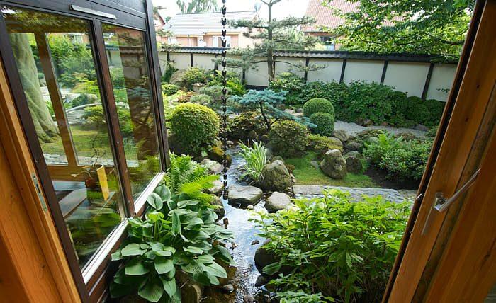 Ett japanskt hus ska vara öppet mot trädgården med hjälp av stora, öppningsbara fönster som går ända ner till marken. Ute och inne känns nära. Bild från Den japanske have på Jylland.